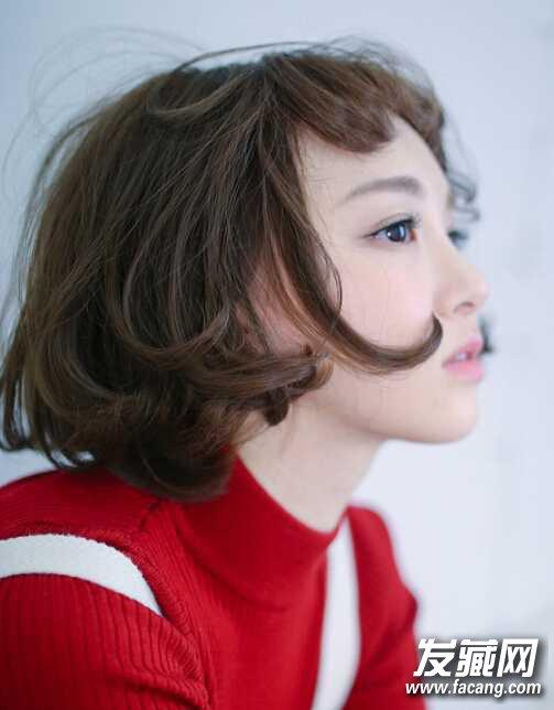 魅力十足的中短发烫发发型图片