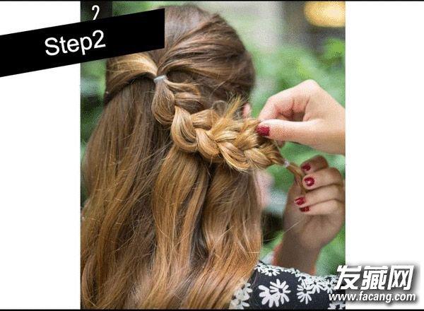 周五创意花朵编发    现将两侧的头发系到中间位置,然后按照平时编辫子的手法编好。    再用手轻轻打散,打造更加自然的感觉。    把辫子转个圈向上一扭,用发夹固定一下。    瞧!一款有创意又新奇的花朵编发就完成了!不要以为这种花样编发很困难,其实学起来也容易上手!   睡了一天的懒觉,周六终于可以开开心心的去玩耍了!有很多妹纸都盼着这天和男票来个完美的约会。一款超有女人味的公主头最适合!