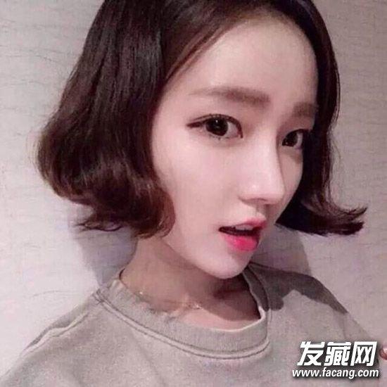 韩国萌妹的LOB头,齐肩中短发发尾自然内扣,浅亚麻色的发色显白显嫩,头发少的妹子可以试试这款发型呢,感觉格外轻盈。    一款很可爱的韩式短