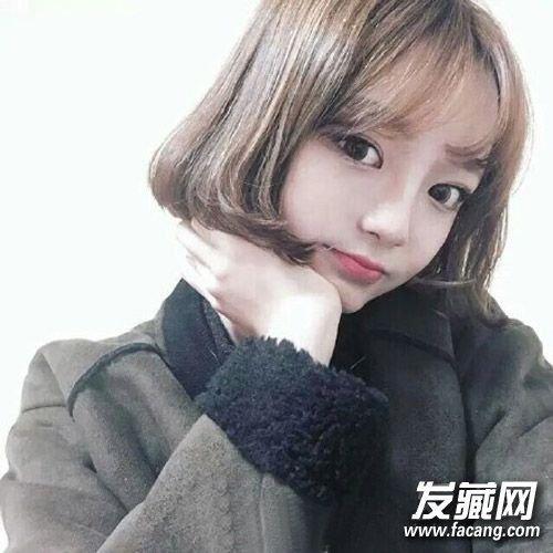 很显可爱气质的空气刘海短发发型,青亚麻色发色时尚低调,c字形