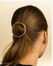 春日女生都爱的极简发型 金属款发饰助你时尚出街
