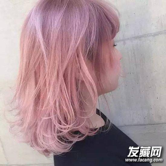 """超甜蜜粉色     看上去好像全世界的时尚Star和潮人们都在追逐粉红发色。作为去年最受热捧的发色之一,粉红色相比起""""老奶奶灰""""更加有可控性,无论是打造可爱、随性、性感还是尖儿范风格,都能轻松Hold住。"""