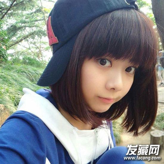 谭松韵私照,厚重齐刘海加上齐肩短发,显得小脸很是可爱圆润呢