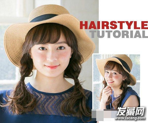 Style 2 · step 2   用一条黑色的细橡皮从辫子的中部固定好编发的位置,保持发辫尾部头发的弯卷蓬松,并轻轻拉扯辫子,制造出松散的感觉。    Style 2 · step 3   最后,选择一定适合的草帽为发型轻轻扣上,注意不要盖过了可爱的空气刘海,同时将发辫摆到前面会更显青春活泼哦。