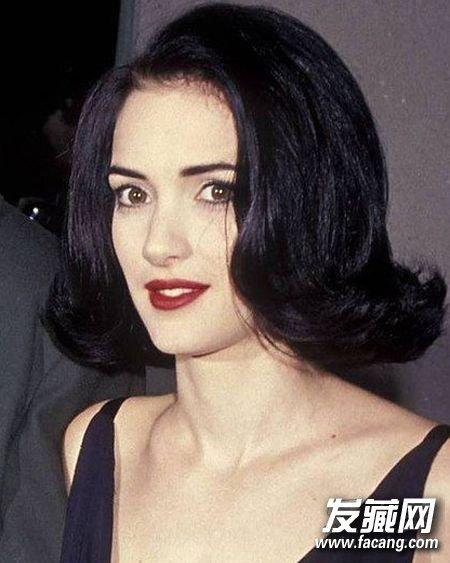 女神即使尝试复古的波浪卷发也是以短发为基础,别有一番风味.图片