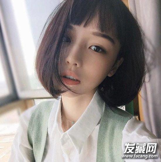 同样也是一款短发造型,齐刘海+内扣修颜减龄,很可爱的学生头呢