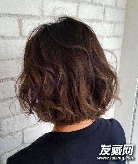 但后面却能弄出很多中花样奈何,那种微卷s型波浪和深色发色很时髦呢.