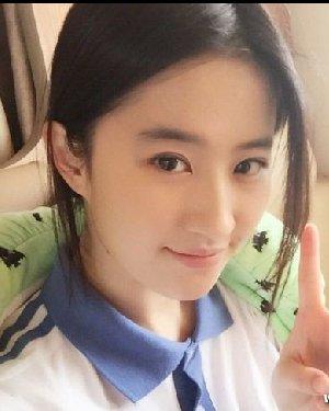 颖儿刘亦菲谁的学生妹发型更好看 颖儿校服