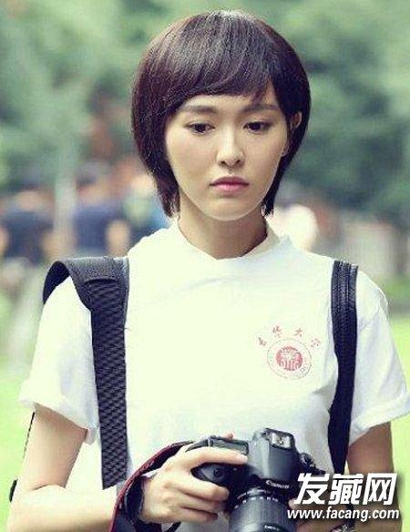 校服(4)  导读:简单的 短发 加上眉毛以上的刘海,是不是当年很多少女