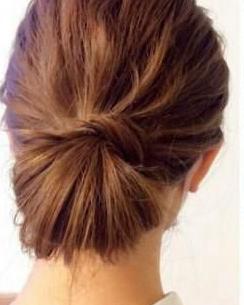 夏季怎么盘头发好看 低丸子头扎法
