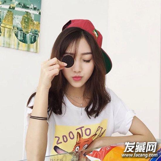 一款甜美斜 刘海发型 ,清透的斜刘海展现女生甜美气质,长度刚度锁骨的