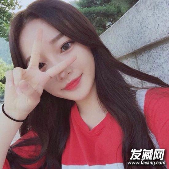 肠粉长刘海露额头甜美乖巧,长发烫 →2016冬季女生发型排行榜 中分长