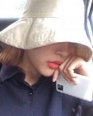 直短发+白色毛线帽 适合的帽子和发型搭配