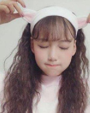 冬季女生超爱的小卷毛发型 韩式马尾+碎发修颜瘦脸显气质