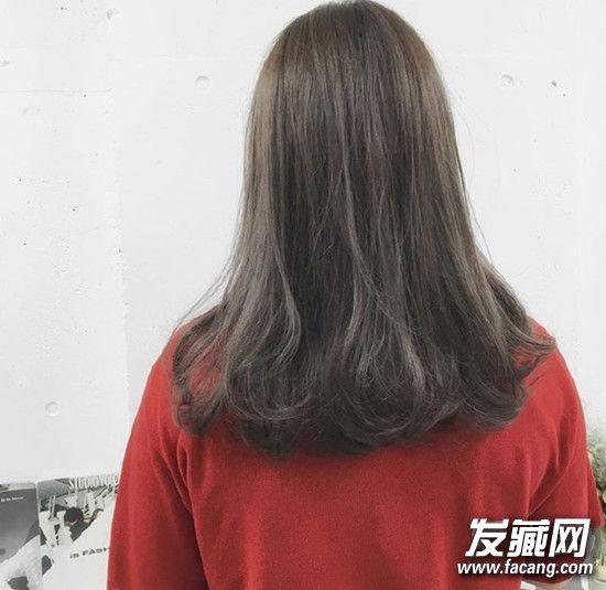 一款韩式十足的大长发,蓬松空气刘海+微卷发甜美吸睛,深色系发色显瘦又清纯。    中长发妹子最爱的还有这样发尾成内弯的造型,披在身后的时候随意打造出凌乱感更时髦。