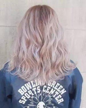今年流行的渐层灰色染发 给头发染个极浅发色才最时髦!