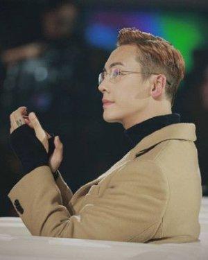 光顾着看陈伟霆的金丝眼镜了 没注意他换了新发型?