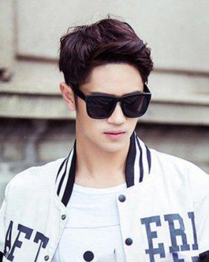 时尚潮流的男生烫发发型 帅气阳光显活力