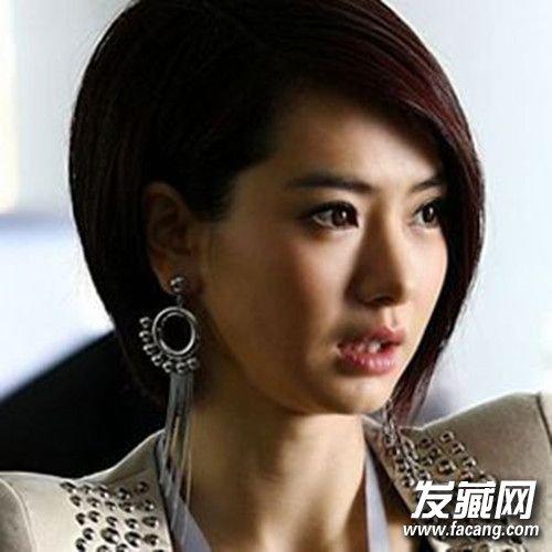 有的妹纸觉得整齐的齐刘海短发配圆脸会给人过于呆板的印象,不要紧图片