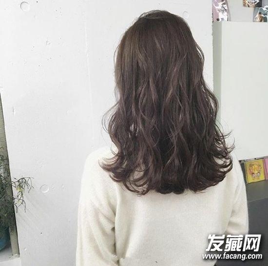 发型网 发型图片 卷发发型图片 > 空气感十足的长卷发 蓬松大波浪