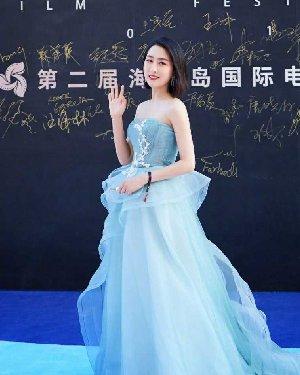 马苏做新做的发型,变摩卡波波头配搭暗蓝色抹胸连衣裙