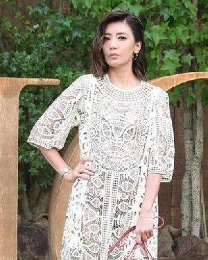 贾静雯lob发型很漂亮!穿礼服裙优雅显气质,短发还能够很女人